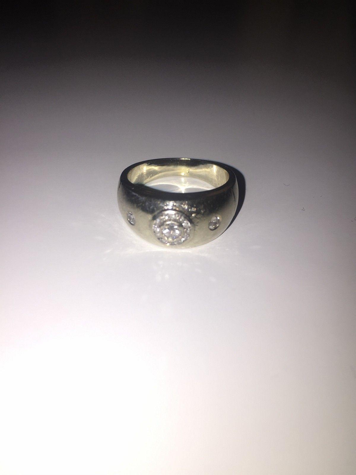 Ring i hvitt gull med diamanter (unisex) !!! Spesialtilbud denne måneden!!! - Oslo  - Ring,14K hvitt gull, unisex. Fattet med 2 stk hvite oldcut diamanter ca 0.07ct per sten. Fattet med hvit 0.10ct brilliant med meget små inneslutninger. 12 stk 1.2mm 8/8cut diamanter. Vekt 7.5g Merkene som vises på ringen er ikke riper, men en d - Oslo