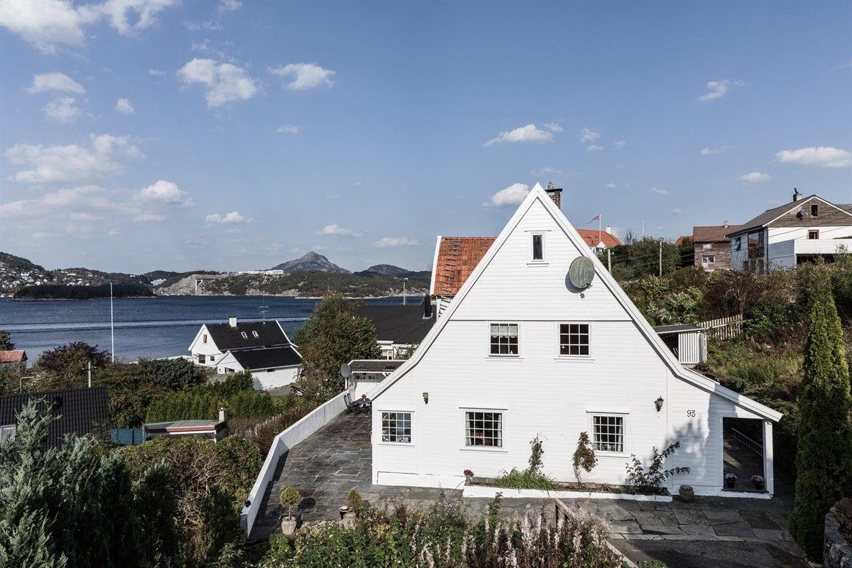 En innholdsrik perle på Grimstadholmen med fantastisk utsikt, stor terrasse, gode solforhold og egen carport.