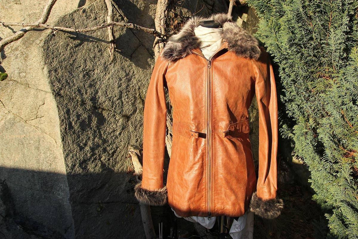 2af8a118 Kul skinnjakke med pelsdetaljer str small, smal modell - med ...