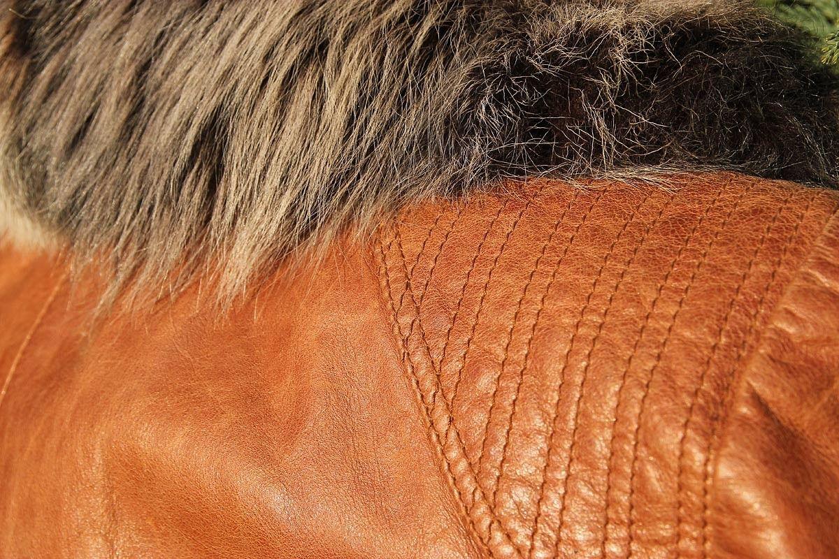 2c4527cf Tøff skinnjakke med pels på erme og avtagbar pelskrage. Lukket i front.  (7/8) · Galleribilde