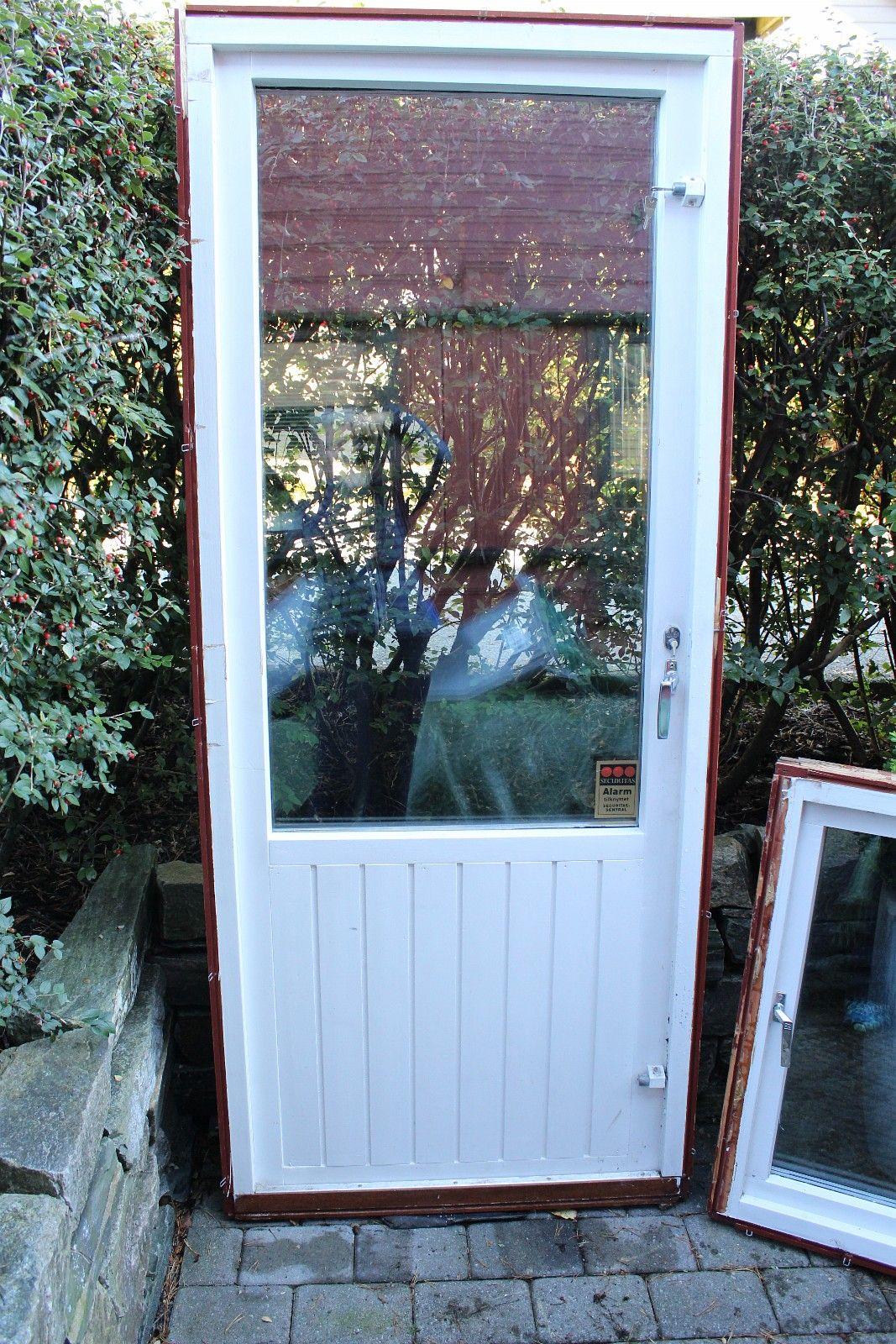 Brukt altan/hagedør tilsalgs - Bønes  - 1 stk hagedør str. 89x209 cm, høyrehengslet a kr. 400,- Døren er hvitmalt på innsiden og svartmalt på utsiden. - Bønes