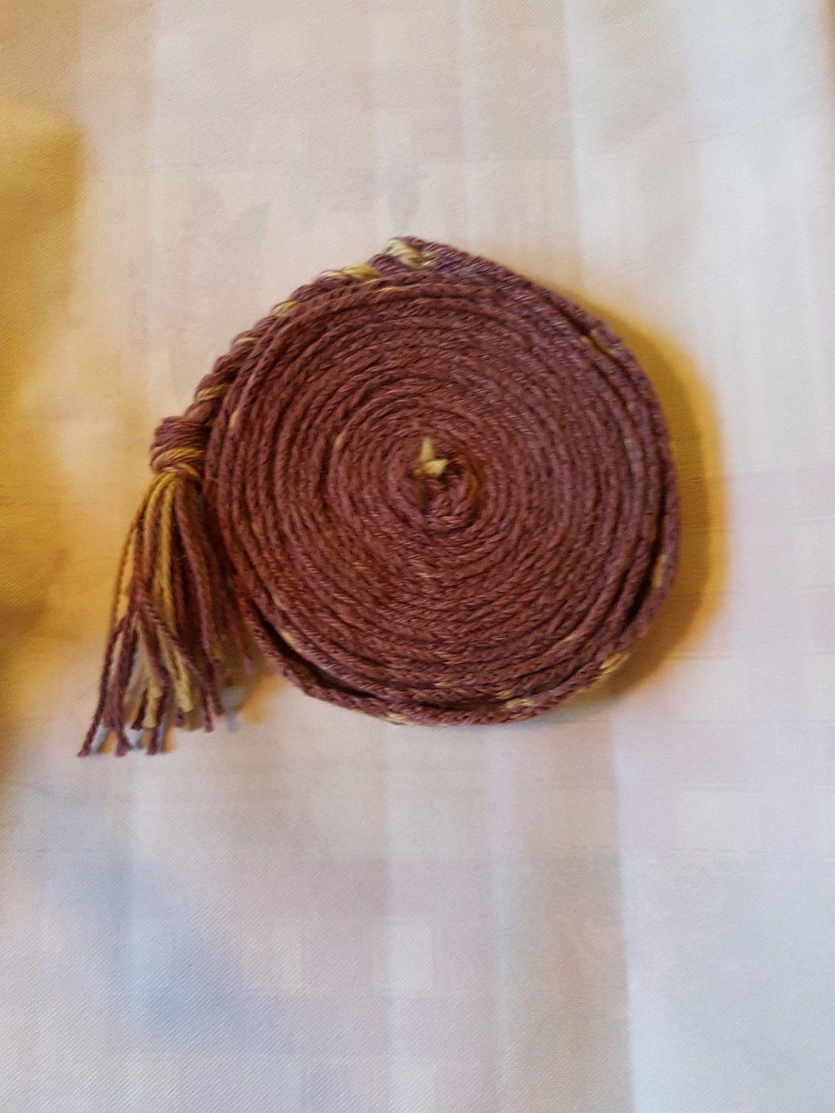 Hjemmelaget brikkevevbånd - Oppaker  - Selger et brikkevev bånd som er viking inspirert. Brikkevev båndet er laget av ullgarn som er selv farget av naturprodukter. Garnet er vasket med milo etter farging, og bør kun vaskes med milo. Det lilla garnet er farget av ferske blåbær o - Oppaker