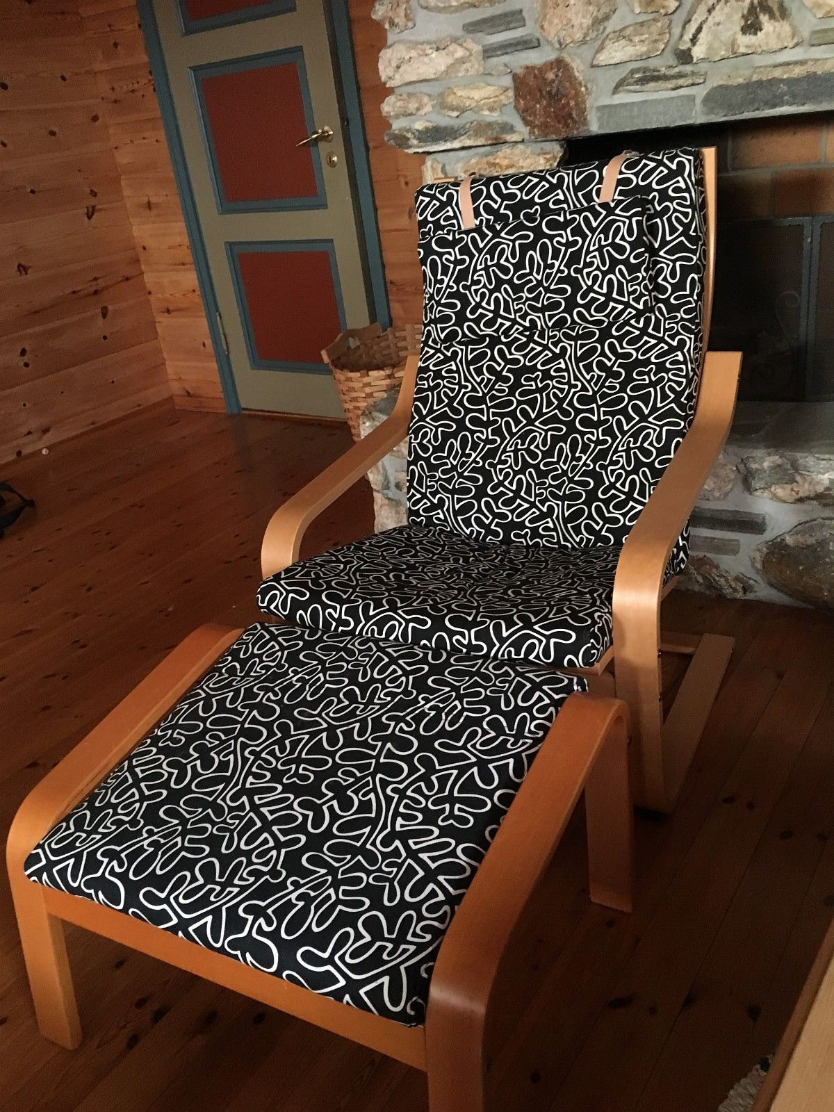 Stol med fotstøtte - Chair with foot rest - Stavanger  - Chair with foot rest, wooden frame and stamped fabric. In very good conditions, very little use. The wood of the chair is slightly lighter in color than the wood of the foot rest. You must pick it up. - Stavanger