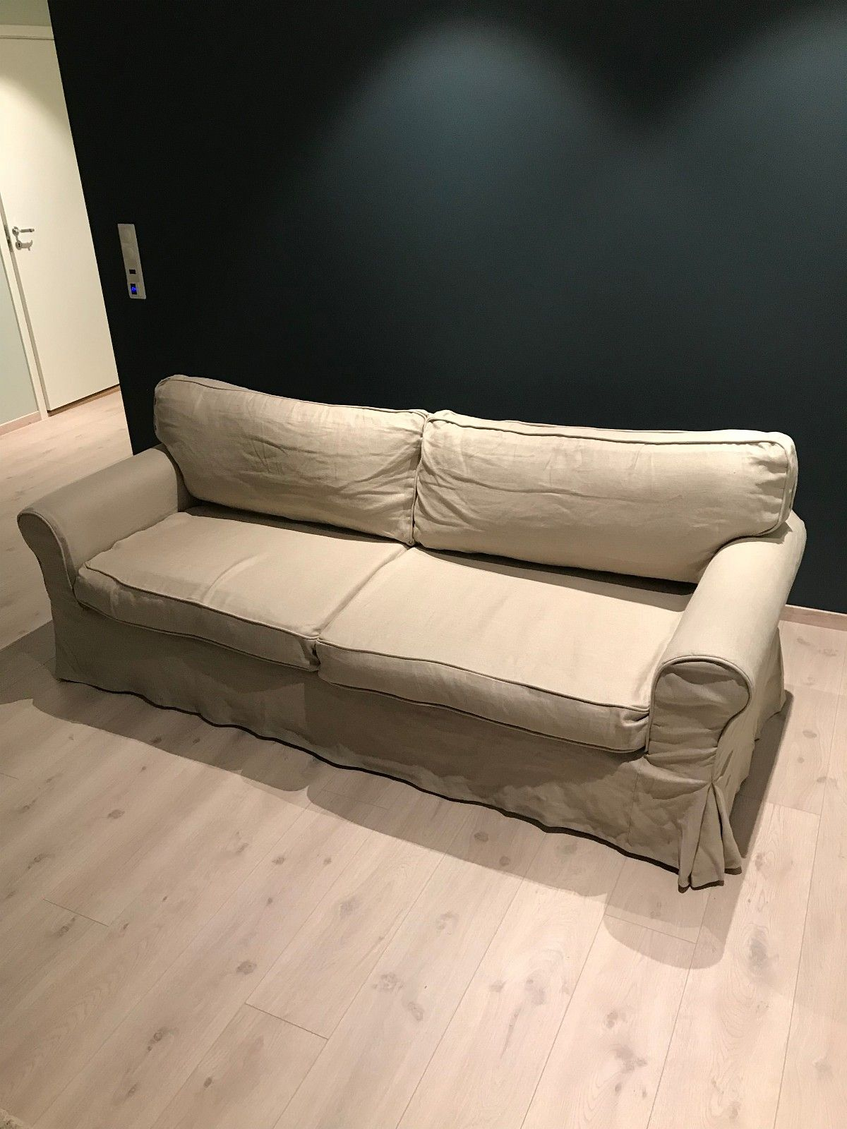 Sofa 3-seter - Skien  - Sofa 3-seter. Brukt, men i fin stand. Trekket i lin er lite brukt. Orginaltrekket (hvit) ligger under.  Sofa kjøpt på Home&Cottage. - Skien