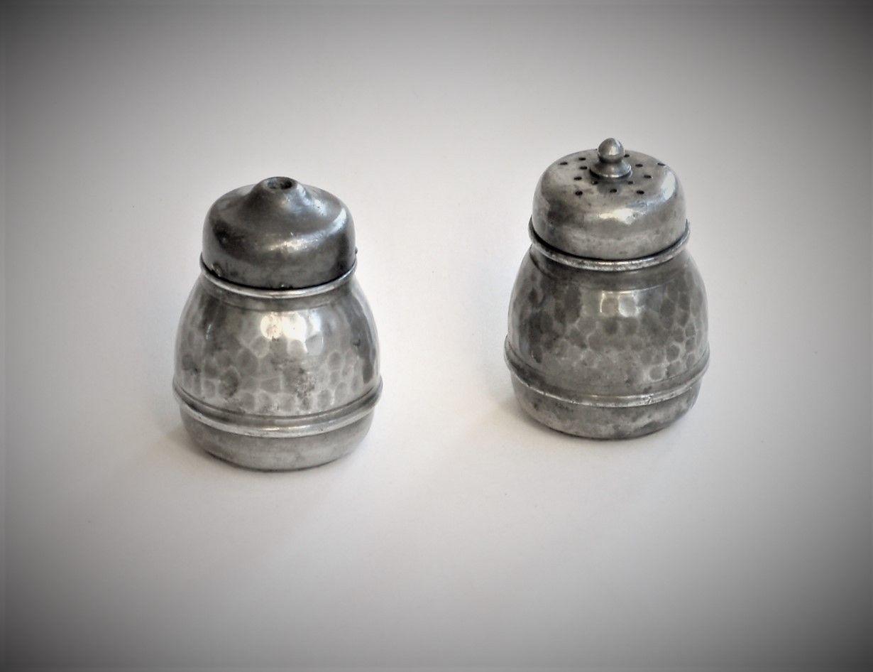 Salt- og pepperbøsse i tinn - Oslo  - Salt- og pepperbøsse i håndhamret tinn Produsert mellom 1920 - 1939 (se siste bilde) Høyde: ca 5 / 5,5 cm - Oslo