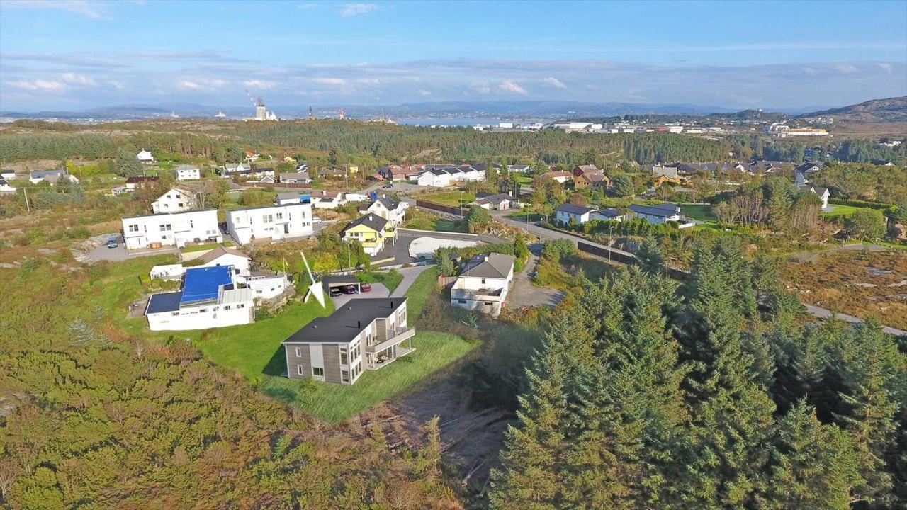 Lekre og moderne boliger med carport og gode solforhold. 3 sov + kjellerstue - 2 bad. Angeltveit/ Ågotnes.