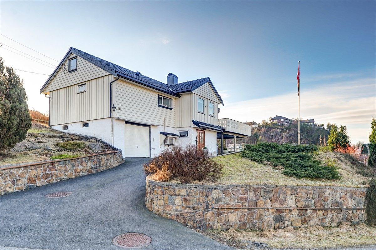 Flott enebolig med garasje i populært område med gode sol- og utsiktsforhold. God standard.