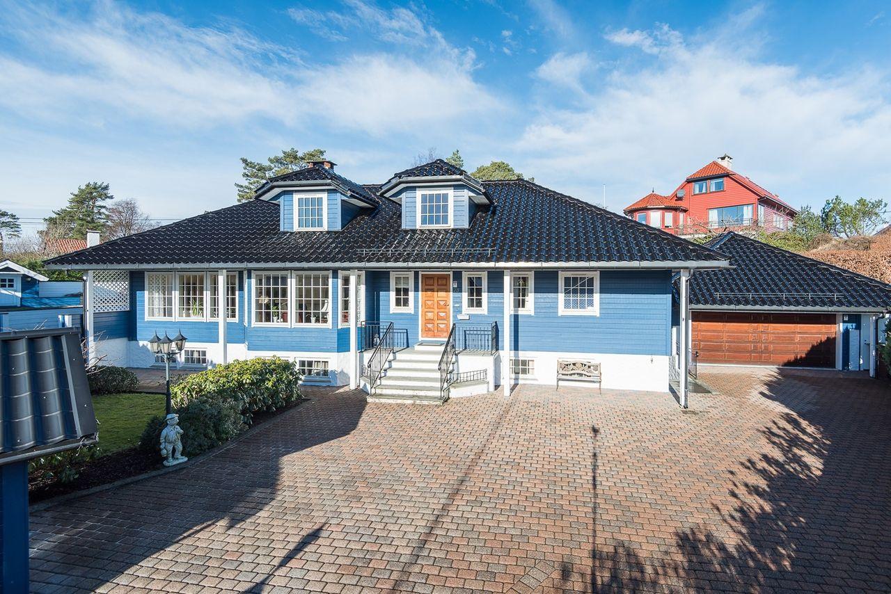 Hop - Romslig og godt vedlikeholdt enebolig med stor garasje - solrik eiendom - barnevennlig område