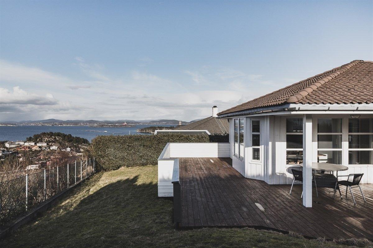 Stor enebolig med nydelig utsikt og dobbelgarasje. Perfekt familiebolig med god plass.