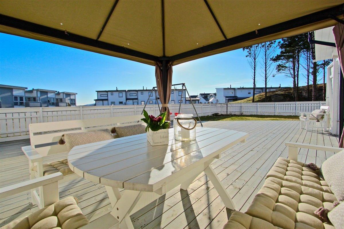 NY PRIS! VISNING ONSDAG 29/3: UNIK beliggenhet på enden i boligfeltet - meget gode solforhold - carport - 3 soverom