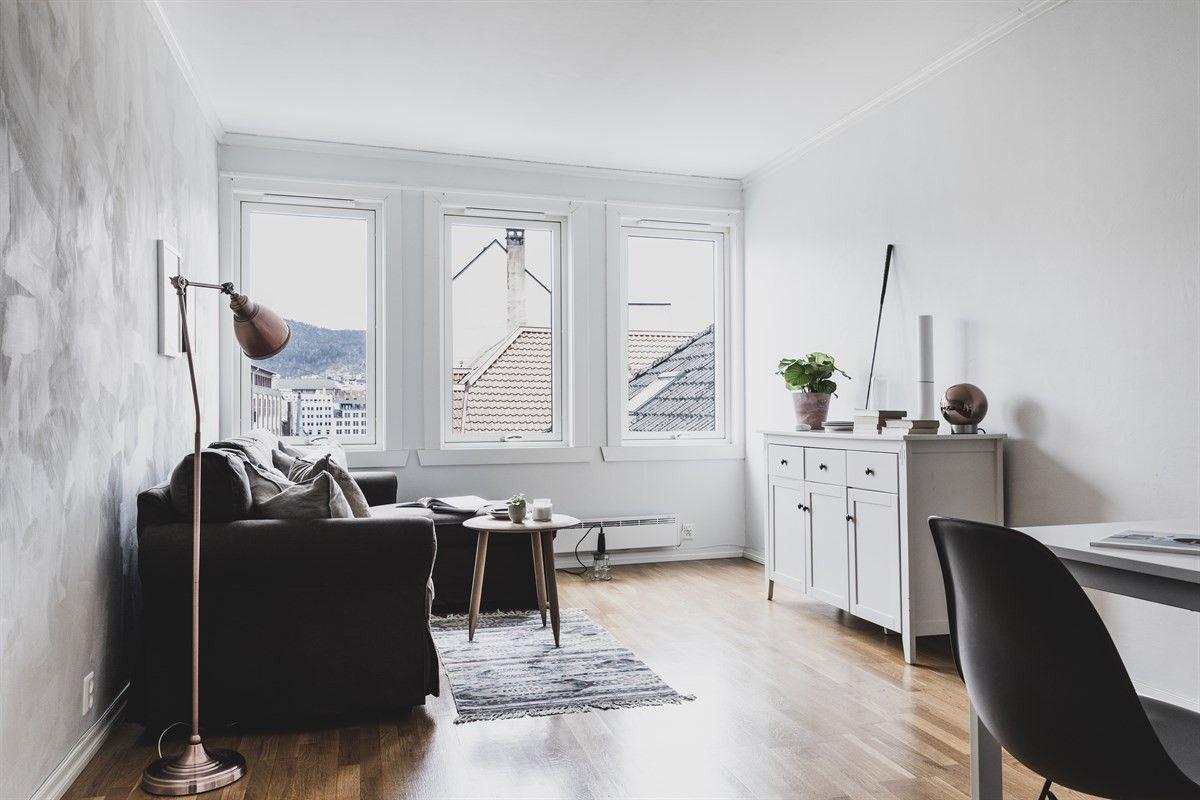 Oppfyll sentrumsdrømmen! Kjempeflott leilighet like ved Fløibanen! Ha bylivet like utenfor inngangsdøren, og skimt byfjorden i fra stuevinduene. Soverom mot rolig bakgård.