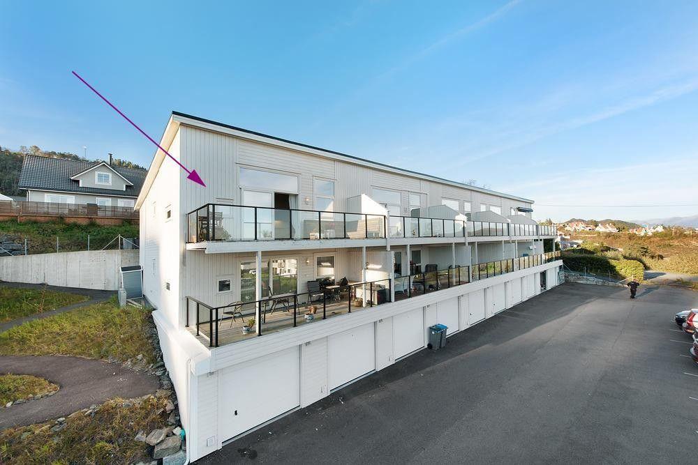 Kuvågen - Moderne toppleilighet med nydelig utsikt og gode solforhold.Egen garasjeplass og stor altan.