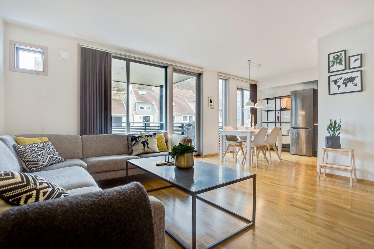 Skåredalen - Strøken, tiltalende og nyere leilighet med flott og sentral beliggenhet. 2 sov - bad og vaskerom! bilde