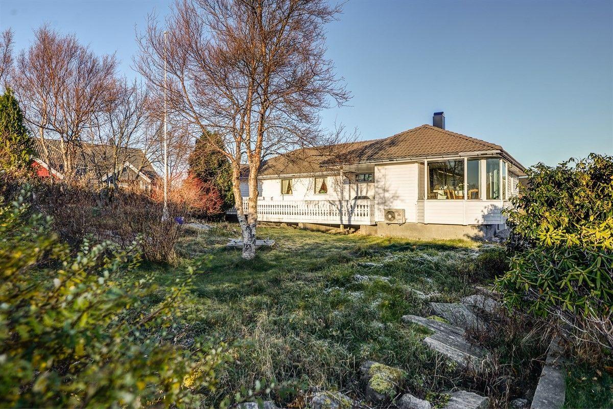 Ågotnes: Enebolig med alt på ett plan. Med garasje. Barnevennlig område og gode solforhold.