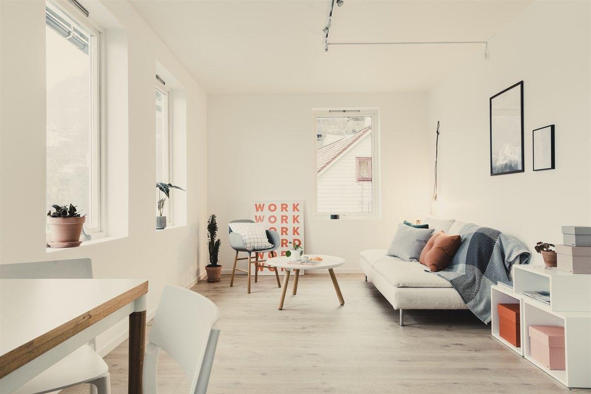 Råflott og innholdsrik leilighet med gode kvaliteter og fire soverom. Stort potensial i underetasje med egen inngang.