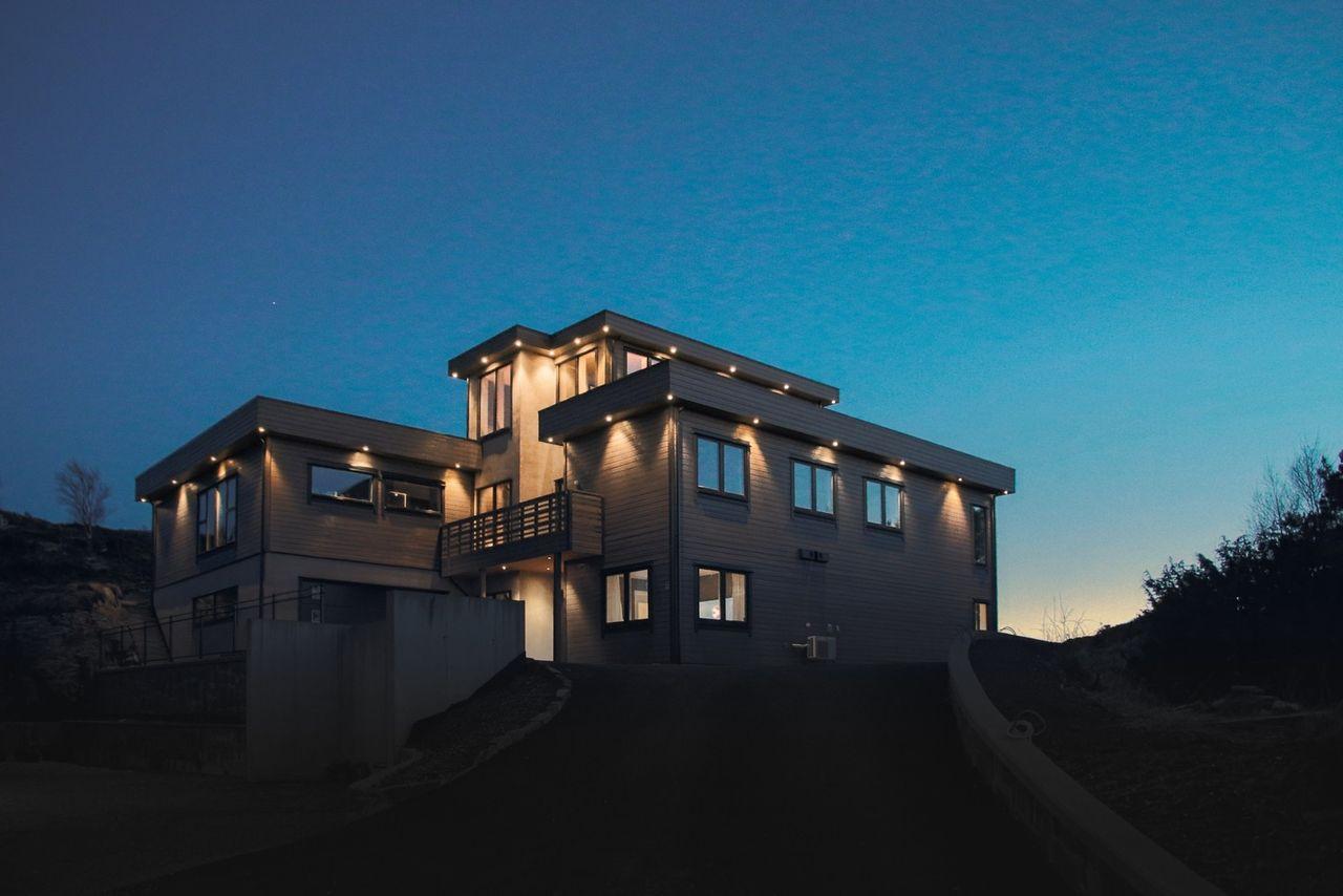 Knappskog/Fjæreide - Praktfull funkisbolig med naturskjønn beliggenhet - panoramautsikt - solrikt og usjenert