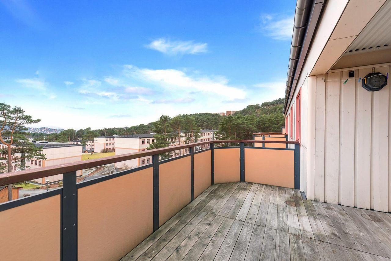 3-roms toppleilighet med fantastisk utsikt og solrik altan. Rolige og barnevennlige omgivelser. Noe oppgraderingsbehov.