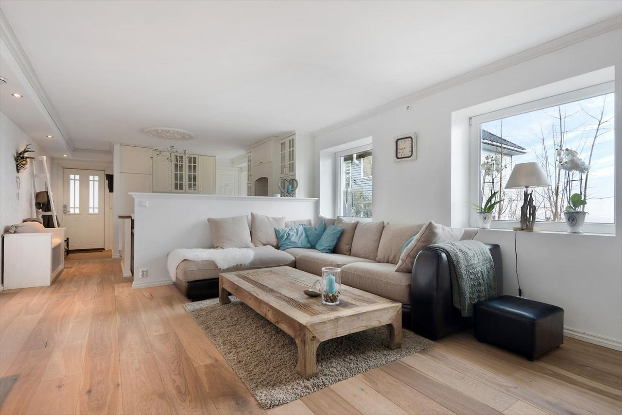 Laksevåg   Aldeles nydelig 3-roms hjørneleilighet med biopeis, terrasse og hage. Usjenert og fin utsikt.