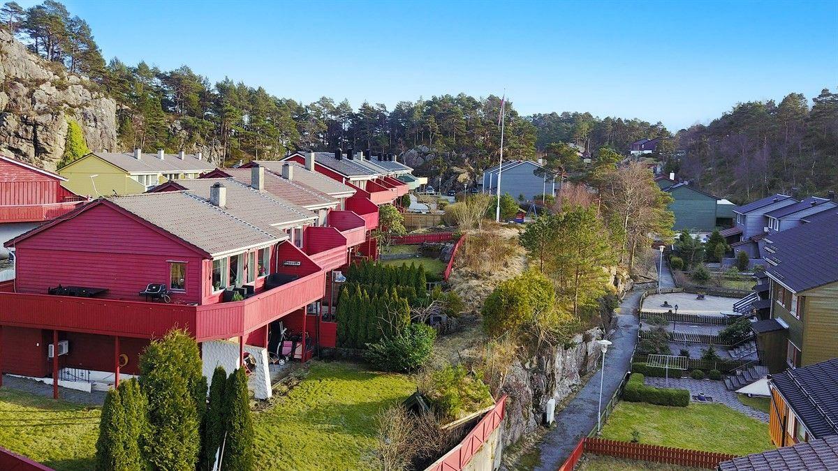 Ravnestølen! Selveier enderekkehus over tre plan i attraktivt boligområde. Stor solrik altan, egen hage og garasje. Visning 28.03 kl. 17:00.