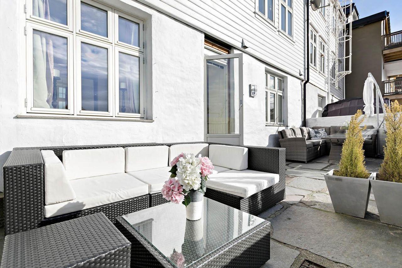 SANDVIKEN - Lekker leilighet med høy standard og gode kvaliteter.Utgang til solrik skifer terrasse.