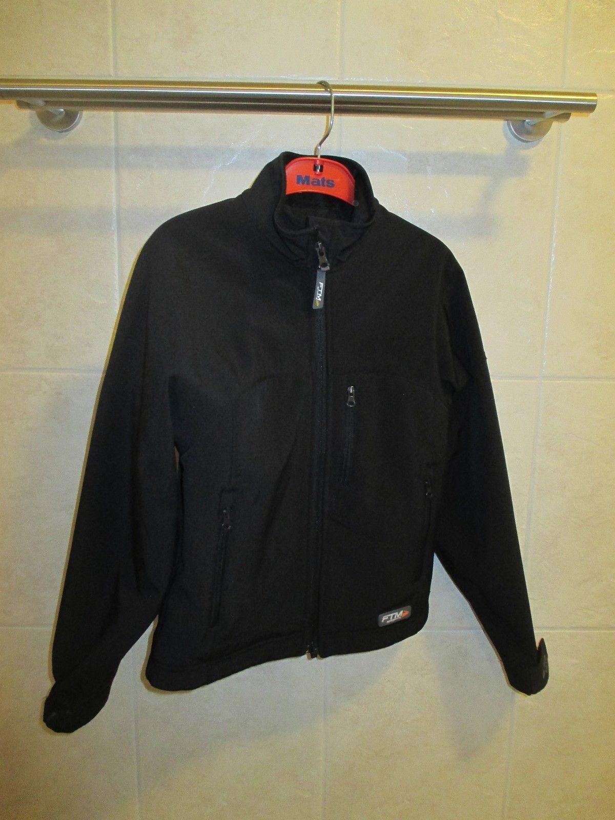 a01e715e 1: Soft shell jakke FTM-sports str. 6, regulerbar livvidde nederst i kanten  og rundt håndledd m/borrelås. Selges for 50,- (1/4)