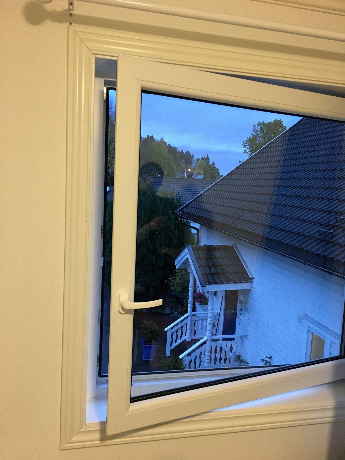 Vinduer i PVC - tåler all slags vær - rask levering! - Trondheim  - PVC er det nye store på vindusfronten her i Norge. Vinduene kjennetegnes ved sin gode isolasjonsevne, elegante design og enkle montering. - Priseksempel: 119 x 119 cm - kr 1 590 ,- inkl mva - Ved åpning svinges vinduet inn i rommet for enke - Trondheim