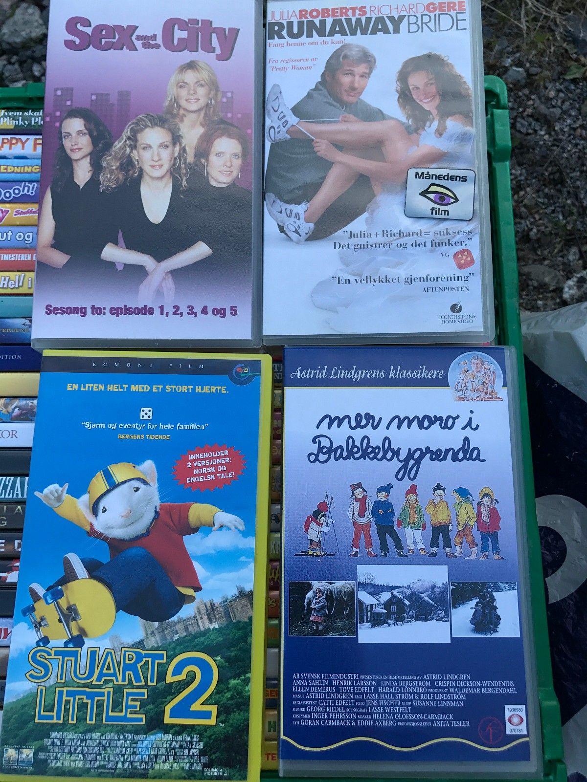 VHS filmer: Runaway Bride, Stuart Little 2, Mer moro i Bakkebygrenda, m.fl. - Knarrevik  - VHS filmer: Runaway Bride, Stuart Little 2, Mer moro i Bakkebygrenda (Astrid Lindgren), og Sex and the City. (se bilde) Prisen er per stykk. Selges da jeg ikke lenger har VHS-spiller i huset. Skal de sendes, betaler kjøper for portokostnaden - Knarrevik