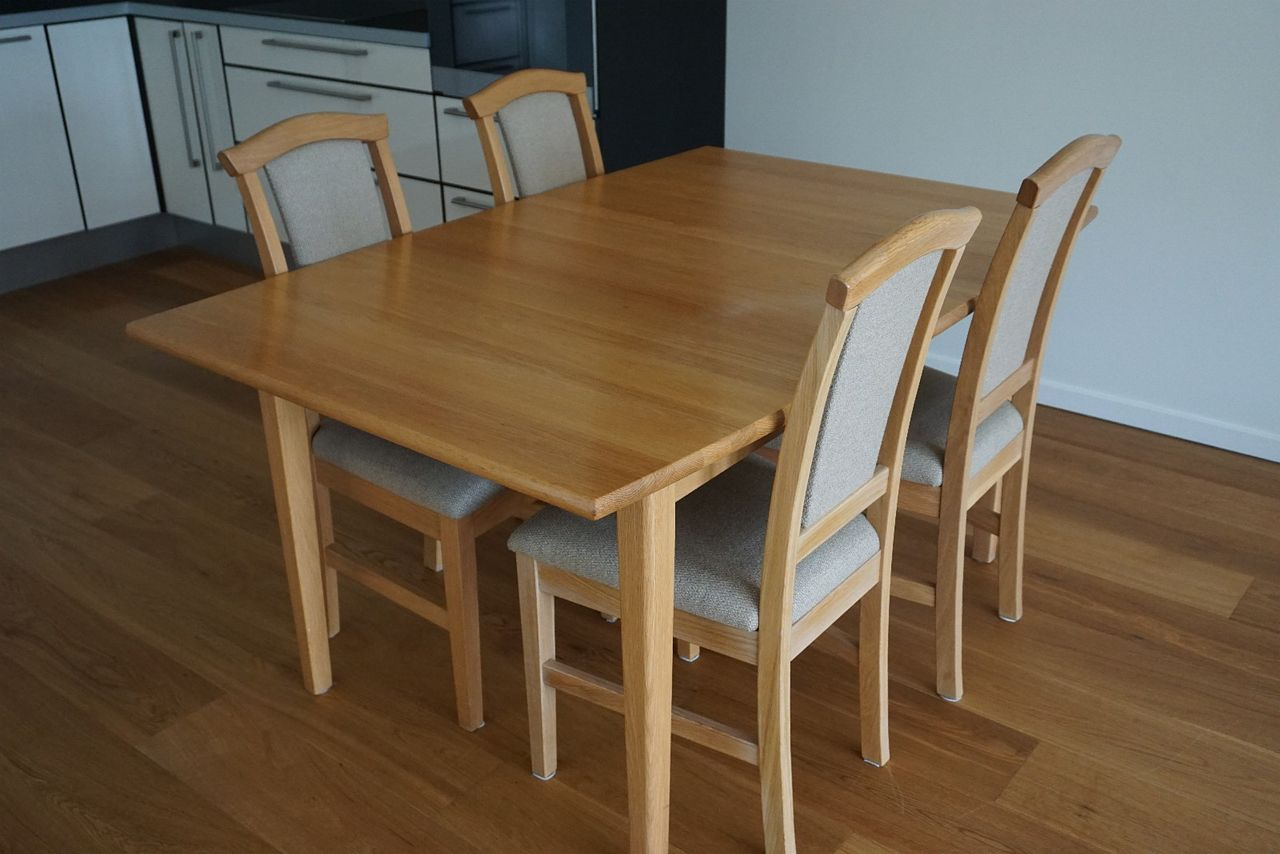 Urban spisebord med 2 Nora og 2 Mita spisestoler | FINN.no