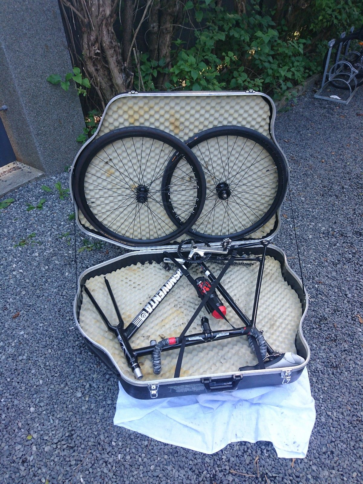 Sci-con hardcase sykkelkoffert - LEIE / RENT - Oslo  - Sci-con sykkelkoffert i hardplast og med separert rom med hjulsett.  Jeg har reist med denne flere ganger, uten problemer.  Kommer med skumbeskyttelse for ramme og stropper for å holde ramme på plass. Passer mtb-, landevei-, c - Oslo