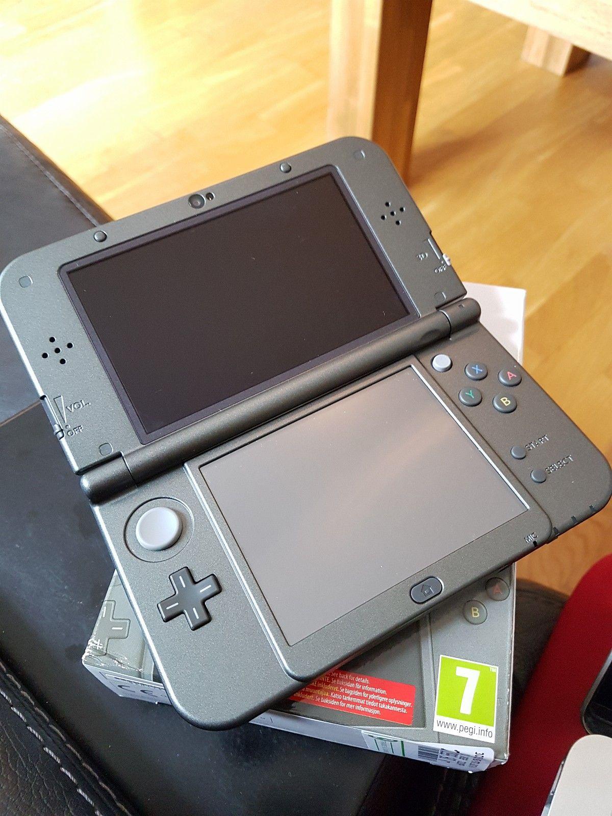 Nintendo 3DS XL Selges billig! - Vear  - Selger en NINTENDO 3DS XL i Metallic Black. Kun en eier, (voksen person) ser ut som ny. Følger med noen hjernetrimspill, og et pokerspill. Følger også med lader, som er noe man må kjøpe ekstra når man kjøper dette nytt. N - Vear