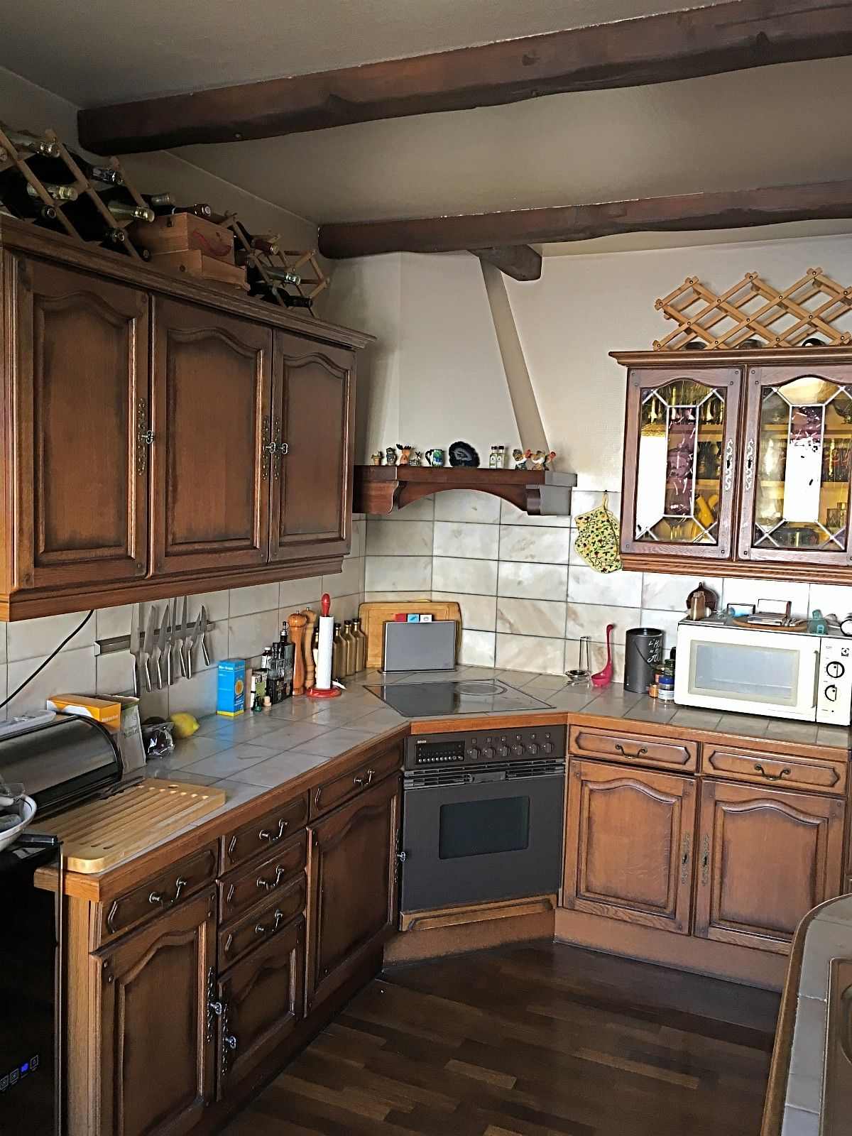 Arthur Bonnet kjøkken i massiv eik med Bosch integrerte hvitevarer - Oslo  - Klassisk kjøkken i massiv eik fra Arthur Bonnet med hvitevarer fra Bosch selges.  Kjøkkenet er demontert, merket og står lett tilgjengelig for transport.  Farge: mørk eik, med rustikke håndtak i mørk kobber og vitrineskap med blygl - Oslo