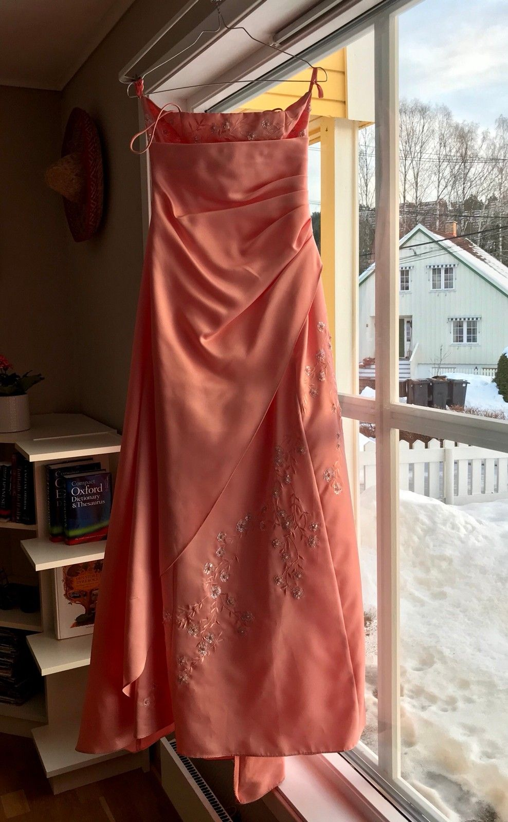 Ballkjole - Jar  - A cute long dress in coral pink. Sparkles embroidered. Strapless. Has a long train back. We bought this in USA. In clean and good condition.    - Jar