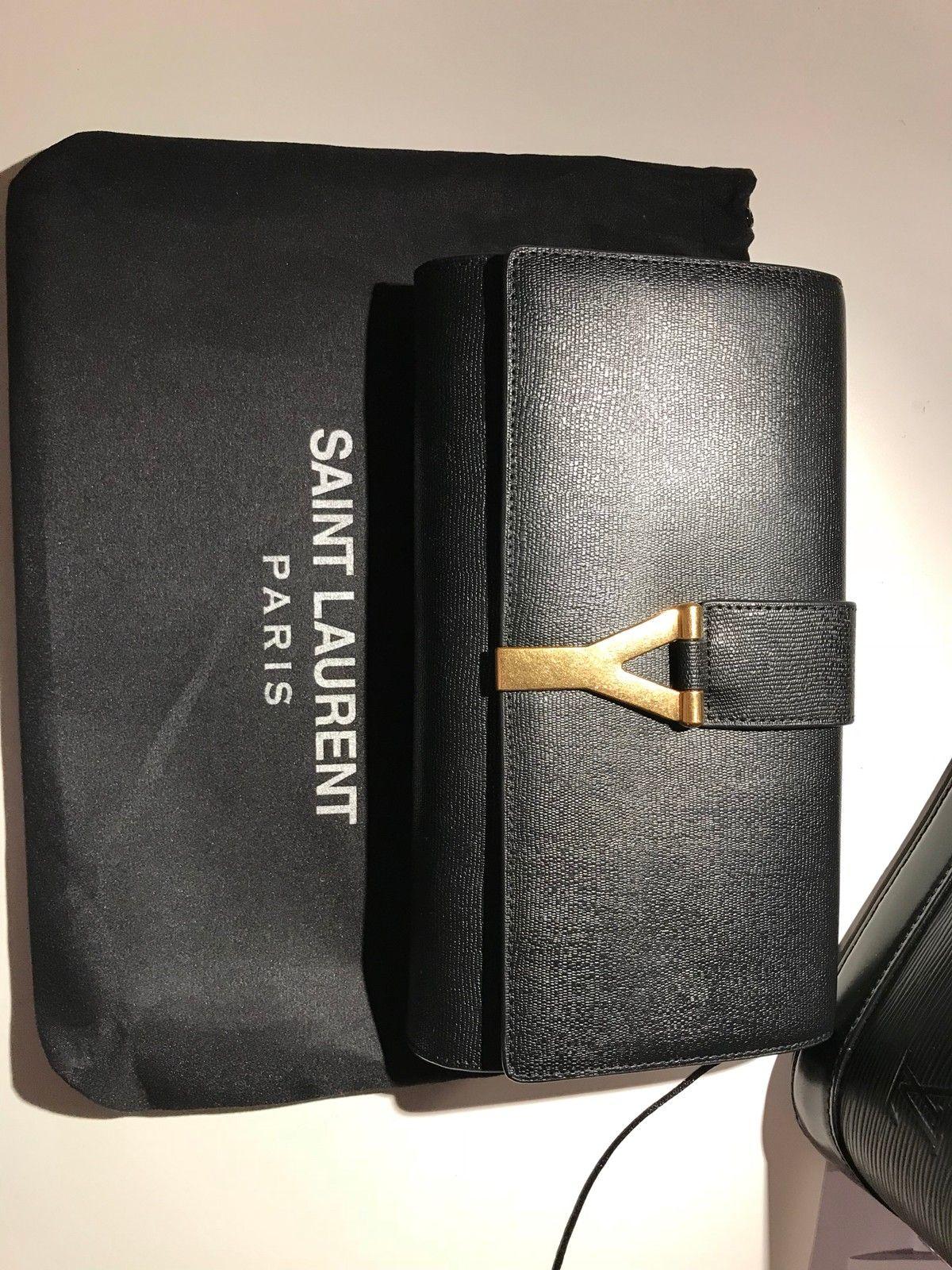 YSL Y Clutch svart som ny - Oslo  - Selger min nydelige, klassiske clutch i svart skinn med gullfarget hardware fra YSL. Den har en lomme på innsiden, foret er laget av silke og den lukkes med magnetknapp. Clutchen er bare brukt tre ganger på ball og tilstanden er som omtrent ny.  - Oslo