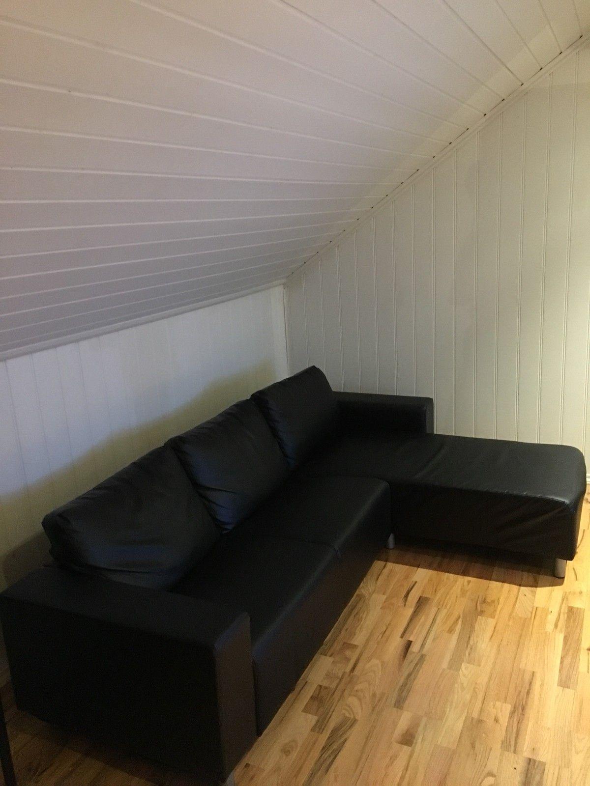 Sofa - Bergen  - Sofa i kunstskinn fra Jysk selges rimelig. Mål sjeselong, dybde: 159 cm, lengde rygg: 240 cm, dybde 80 cm. - Bergen