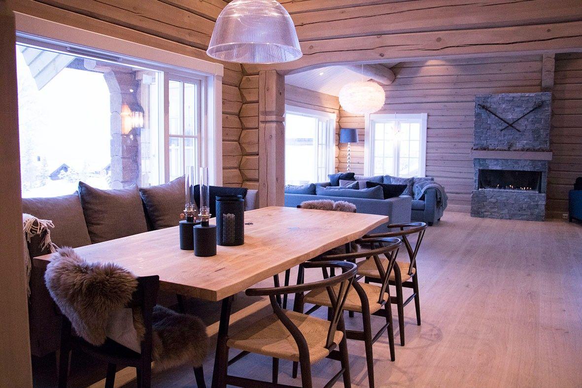 Massivt eikebord med spisesofa. Plass til 10 personer rundt bordet. Vi har flere stoler til å plassere rundt bordet.