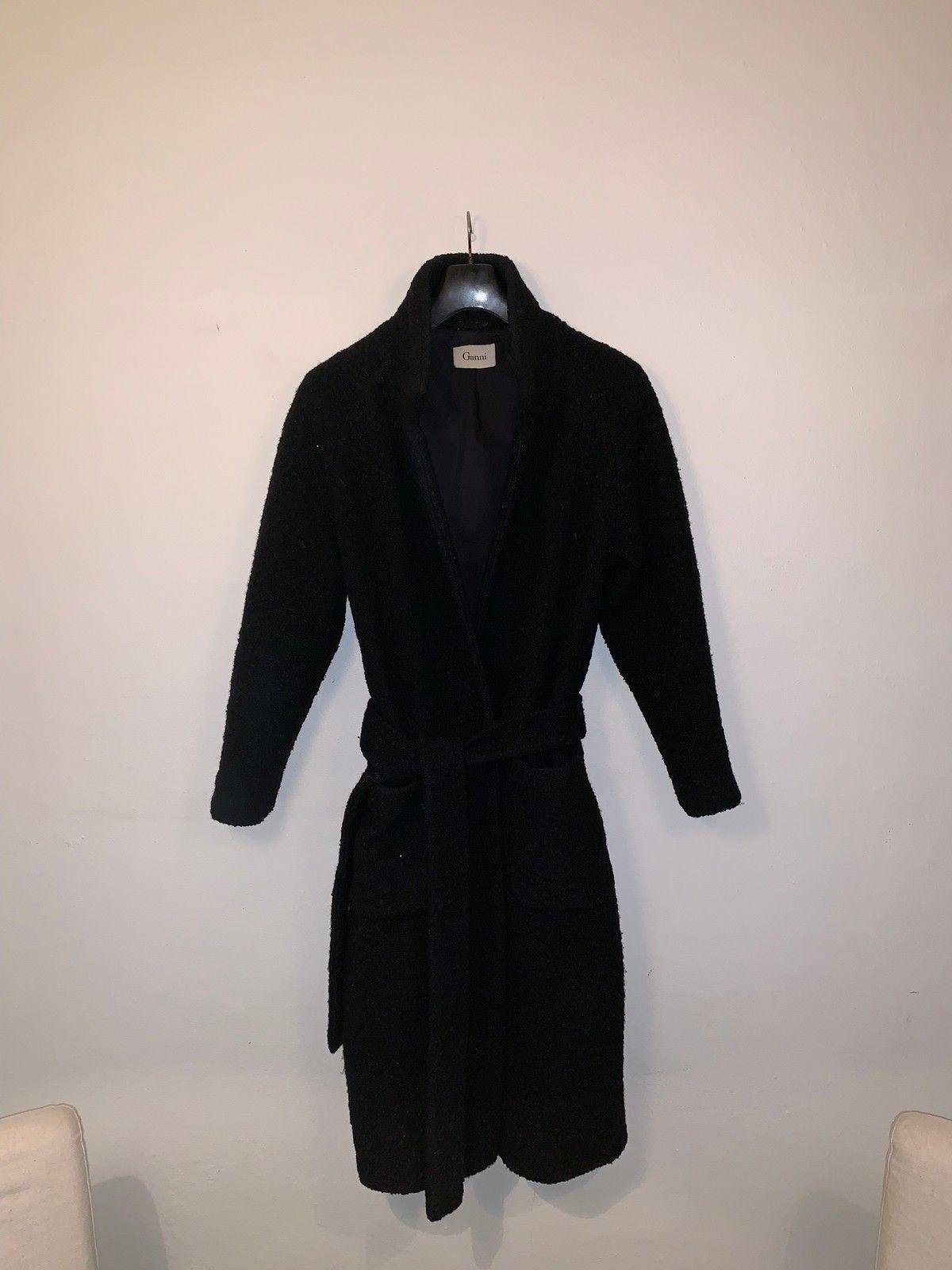 d97ee4a5 Ganni Teddy Wrap Kåpe - Oslo - Selger denne fine Ganni kåpen i sort.  Størrelse
