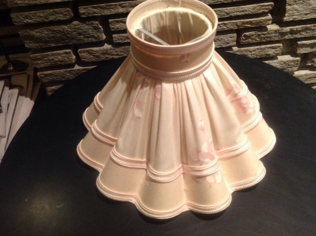 Hvit porselen bordlampe m. relieffer, m. skjerm. Galligani