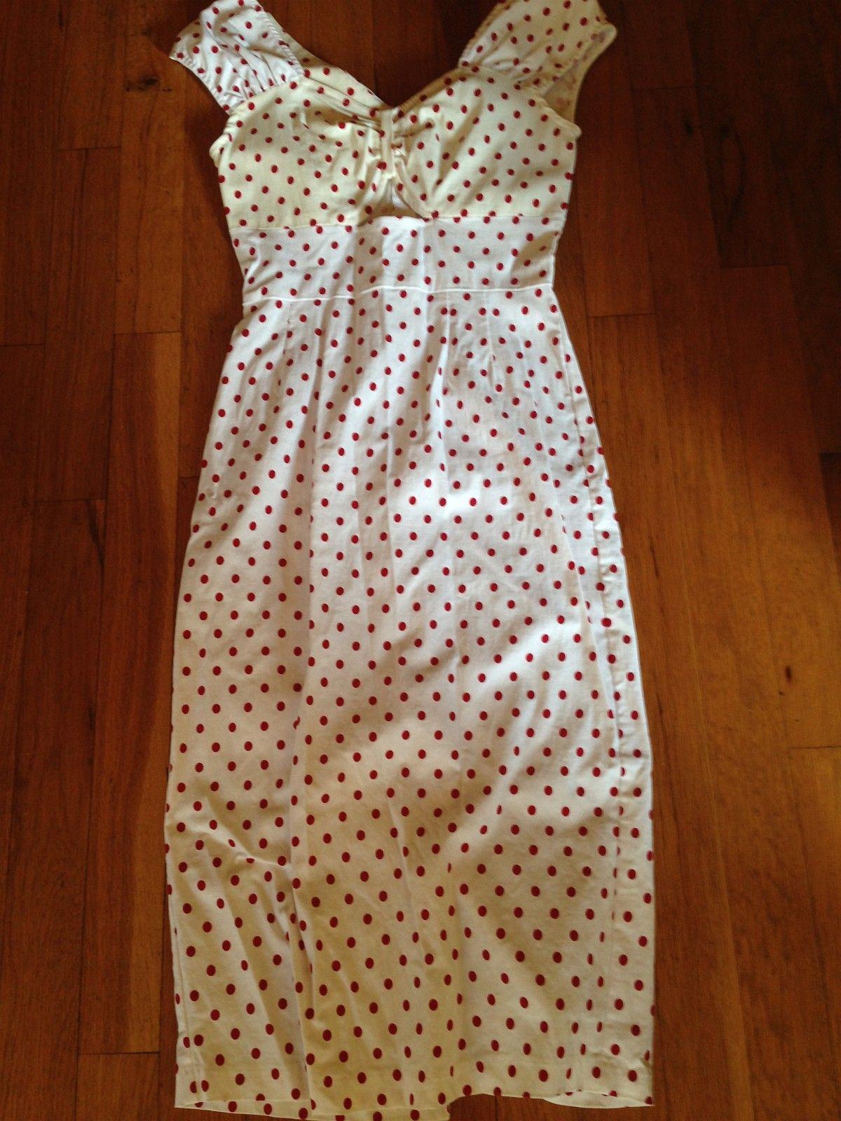 d20235dad35f Feminin hvit kjole med røde polkadotter med armbånd