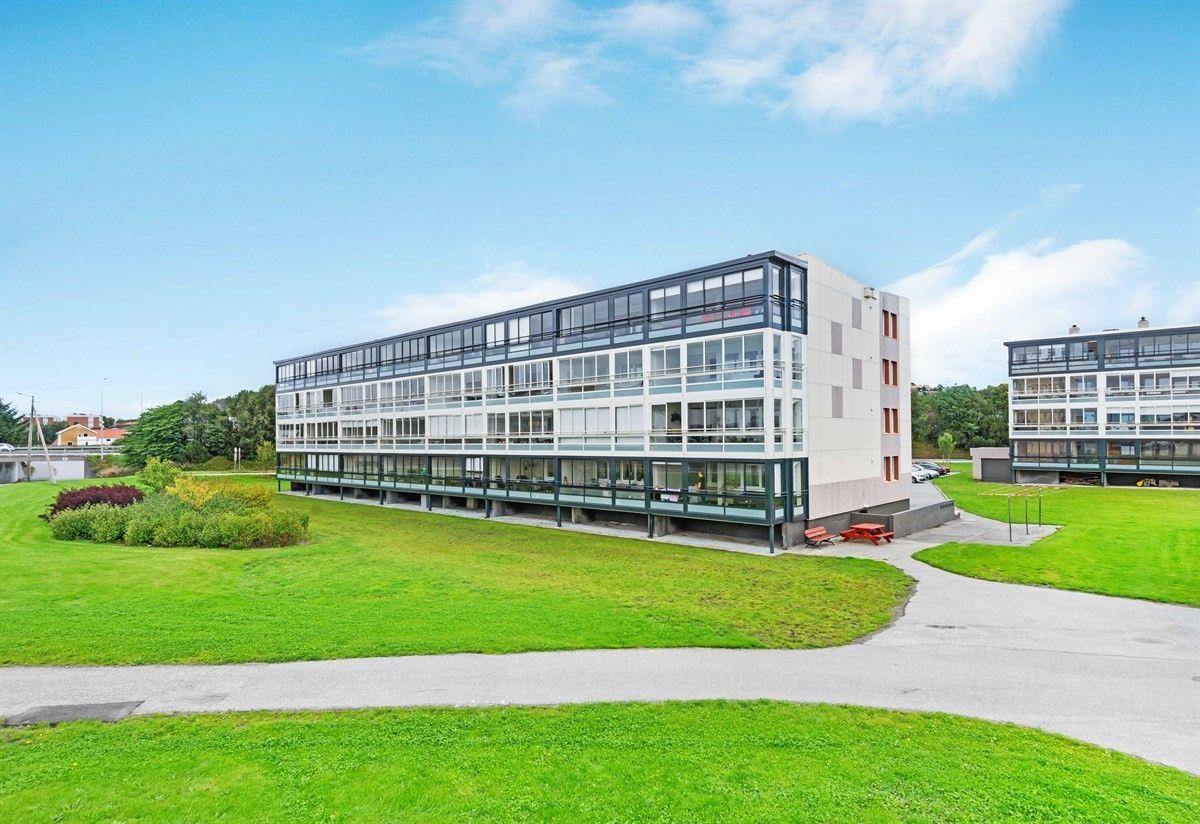 Søre bydel - Kjekk leilighet med utvidet terrasse/vinterhage - behov for modernisering. bilde