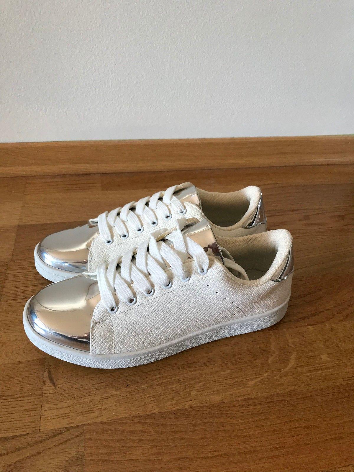 3d125276 Nye hvite sneakers med sølv detaljer str 37   FINN.no