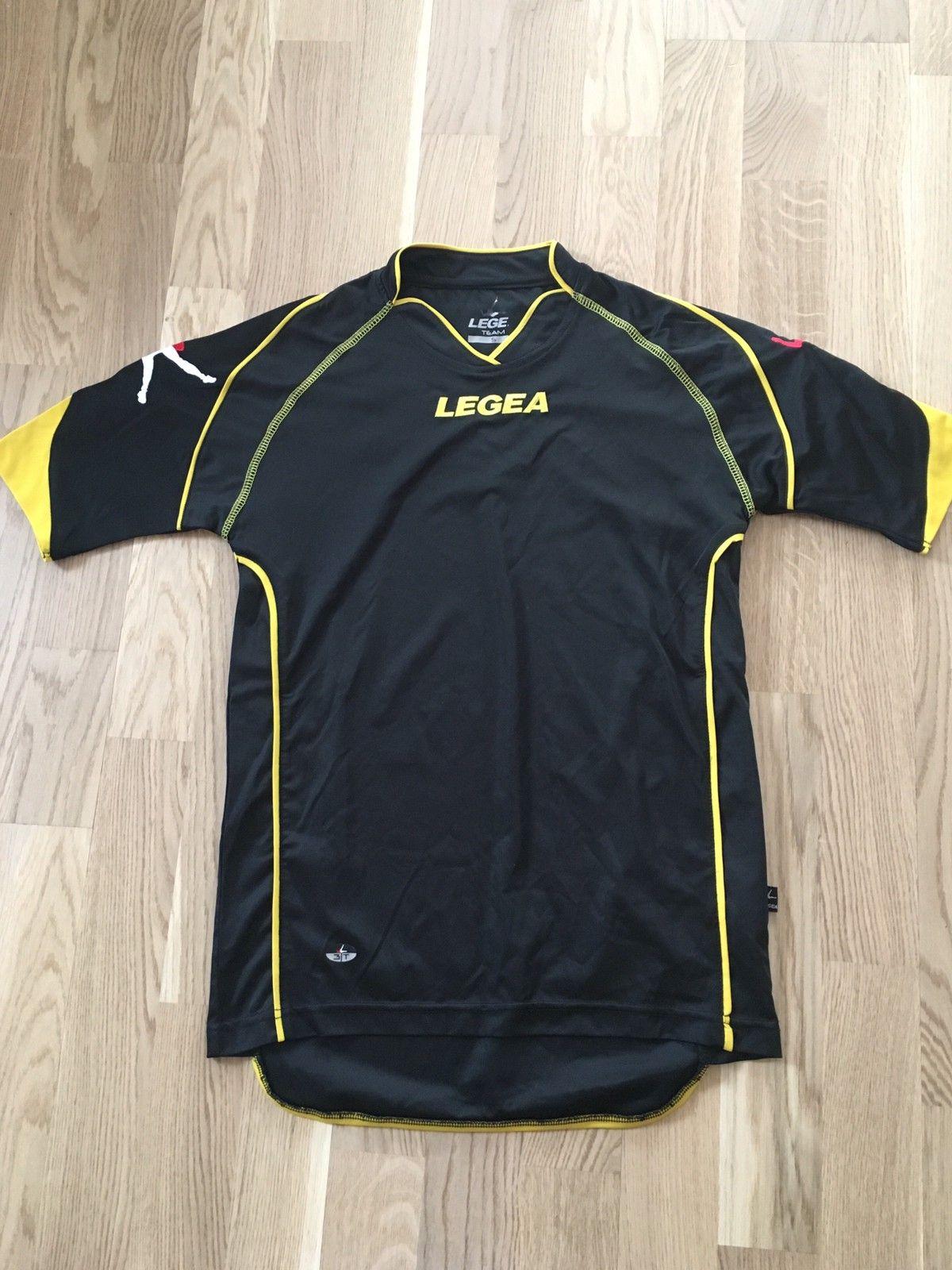 e24e2841 LSK treningstøy. Lite brukt. Shorts, t-shirt, genser, bukse, sokker ...