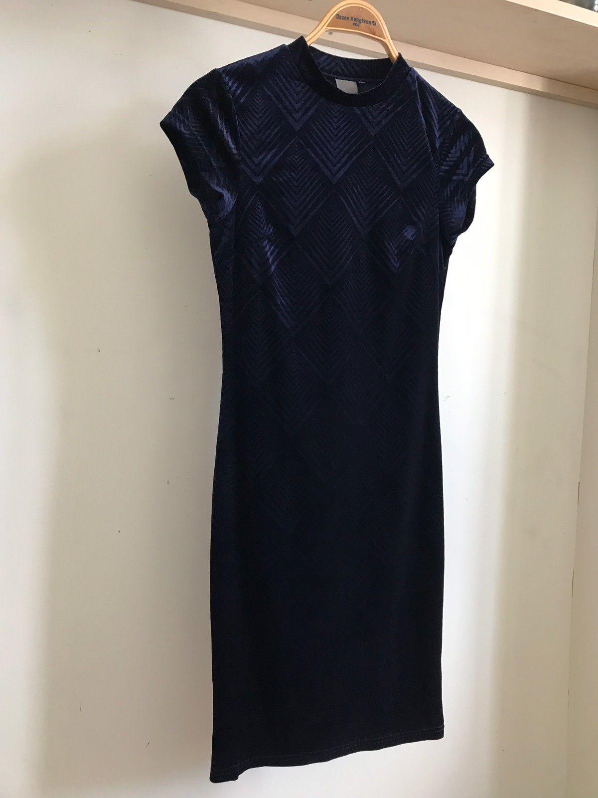 2d19bd96 Mørkeblå kjole med pent snitt. Nesten sort, men skinner litt i blått når  det kommer lys på (1/3)