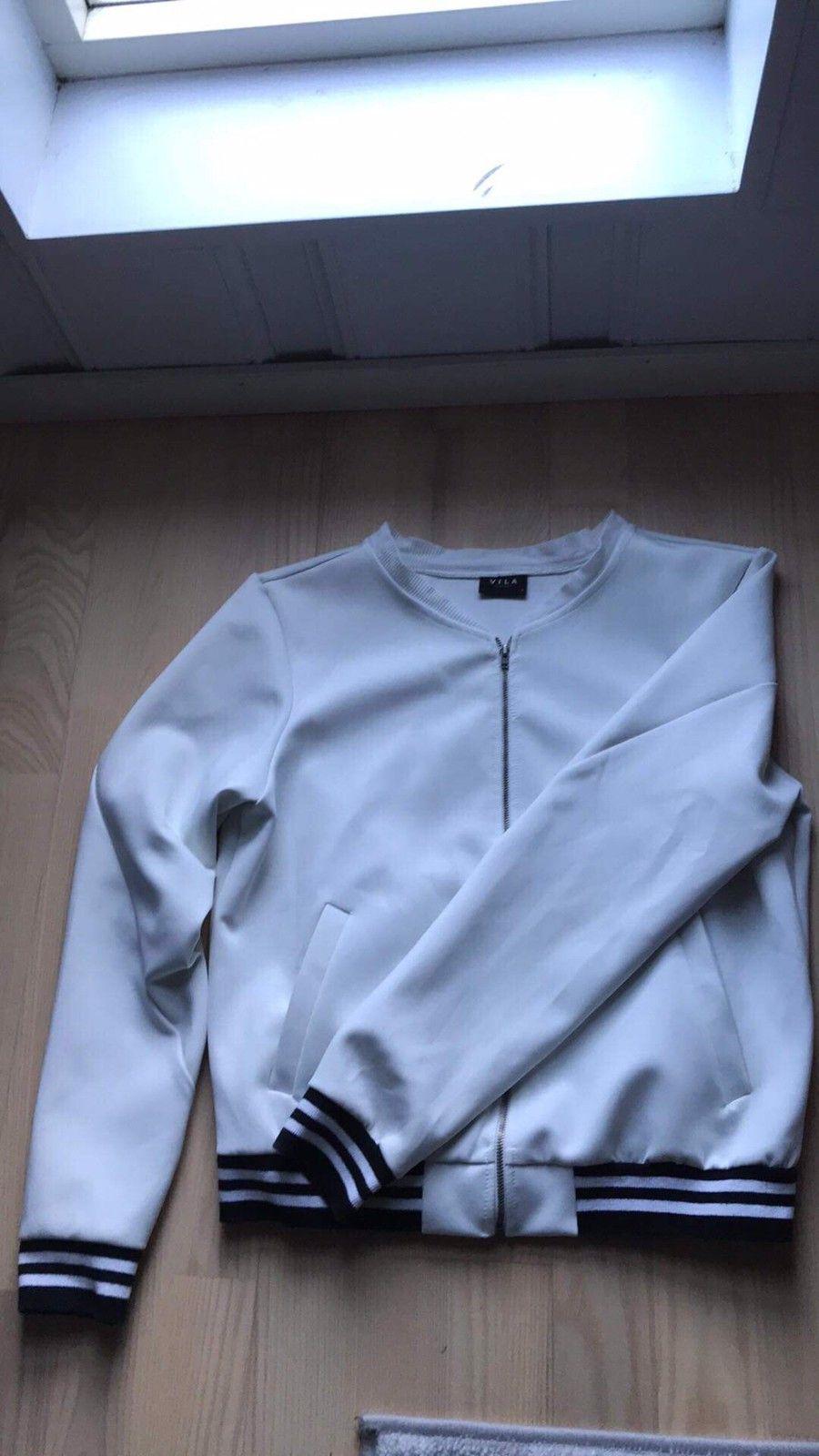 Hvit jakke med svarte skinnermer, som sett på Zara | FINN.no