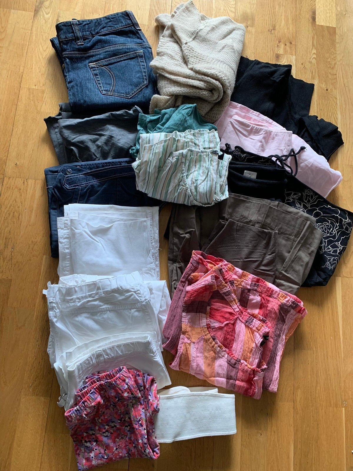 5a2f99bf Fin pakke klær, mye sommerklær, pent brukt. Bukser venstre side, skjørt og  kjole høyre side, jakke/bluse i midten (1/21)