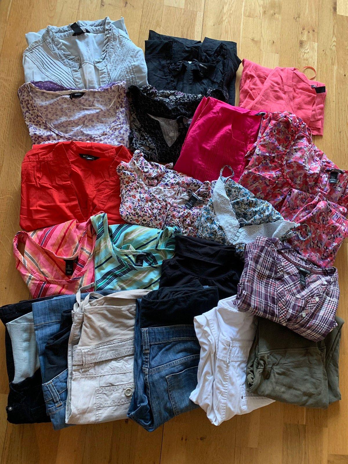 024d6565 2 kjoler, 6 bukser (3 lange, 3 korte), 6 bluser, 1 skjorte/tunika, 1  bomullsjakke, 1 høyhalset tynn genser, 3 topper, 1 leggings. (1/25)