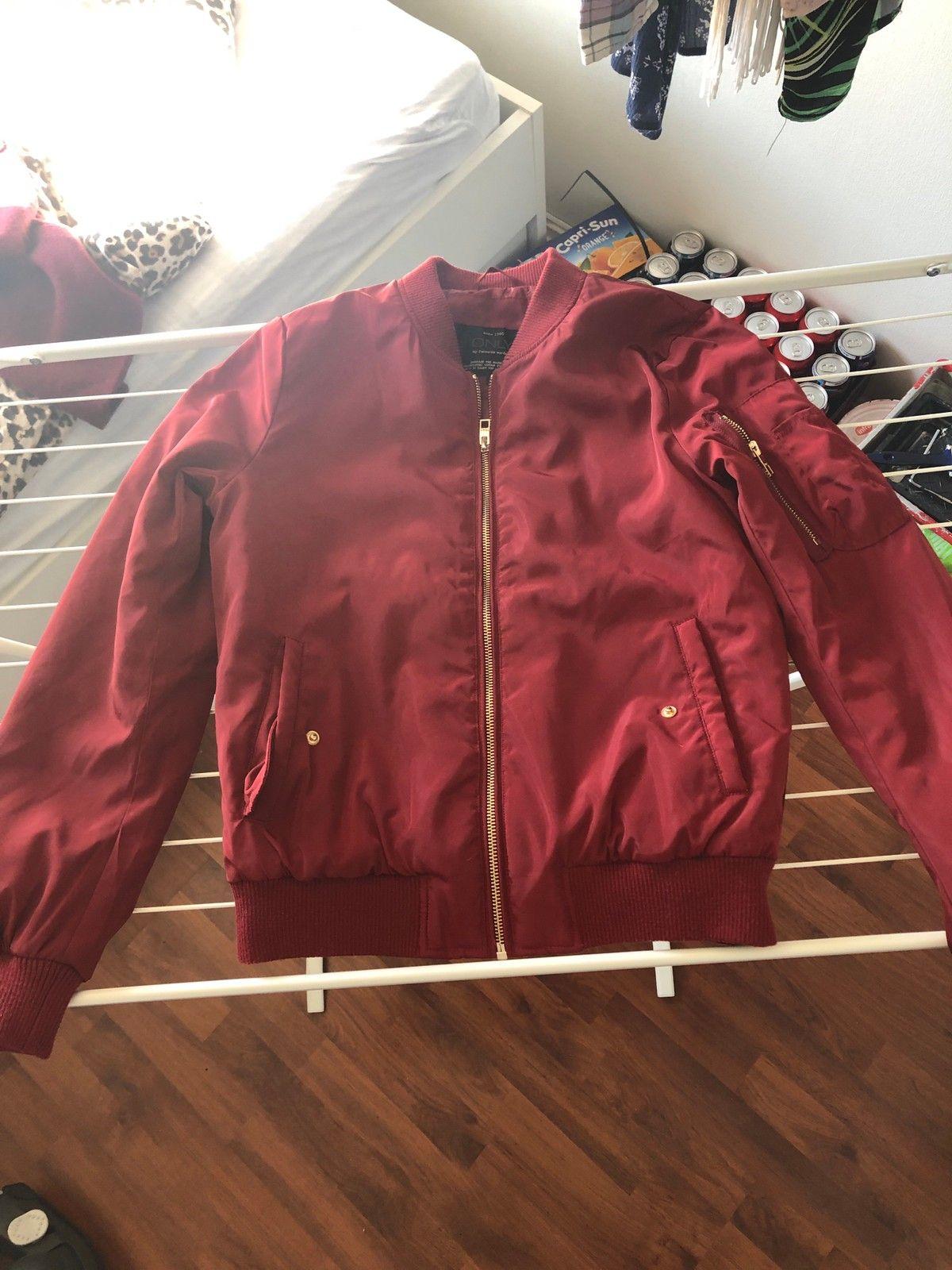 Bomber jakke I burgunder rød | FINN.no