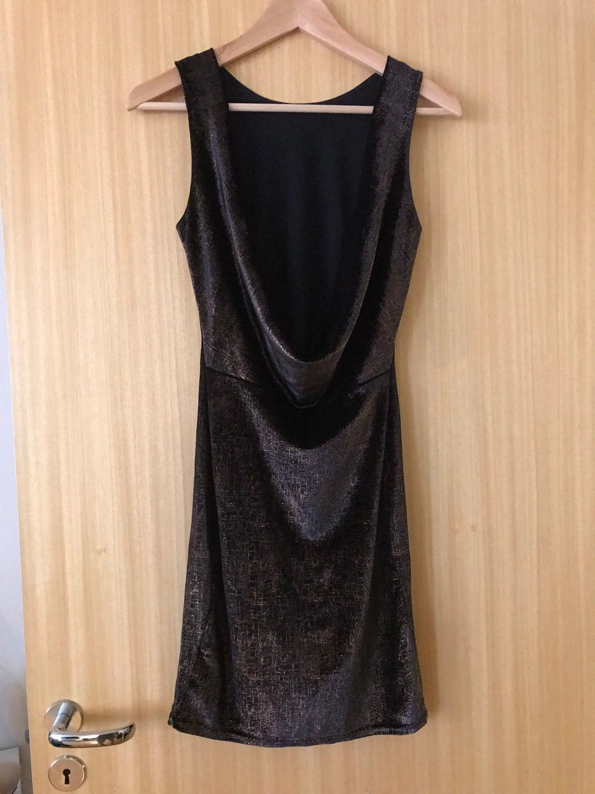 Kjole med åpen rygg, sort m gulldetaljer | FINN.no