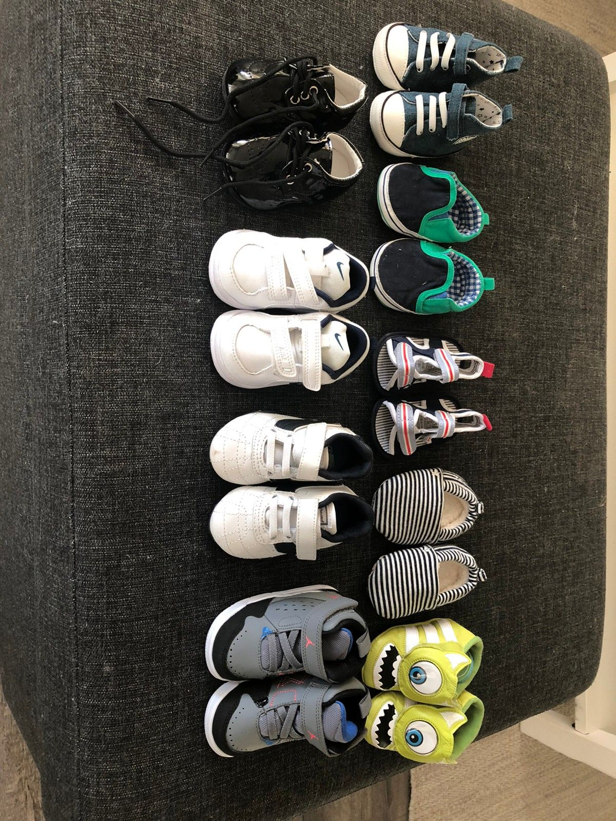 Pakke med 9 par sko til baby str 17 19,5 selges. Meget pent