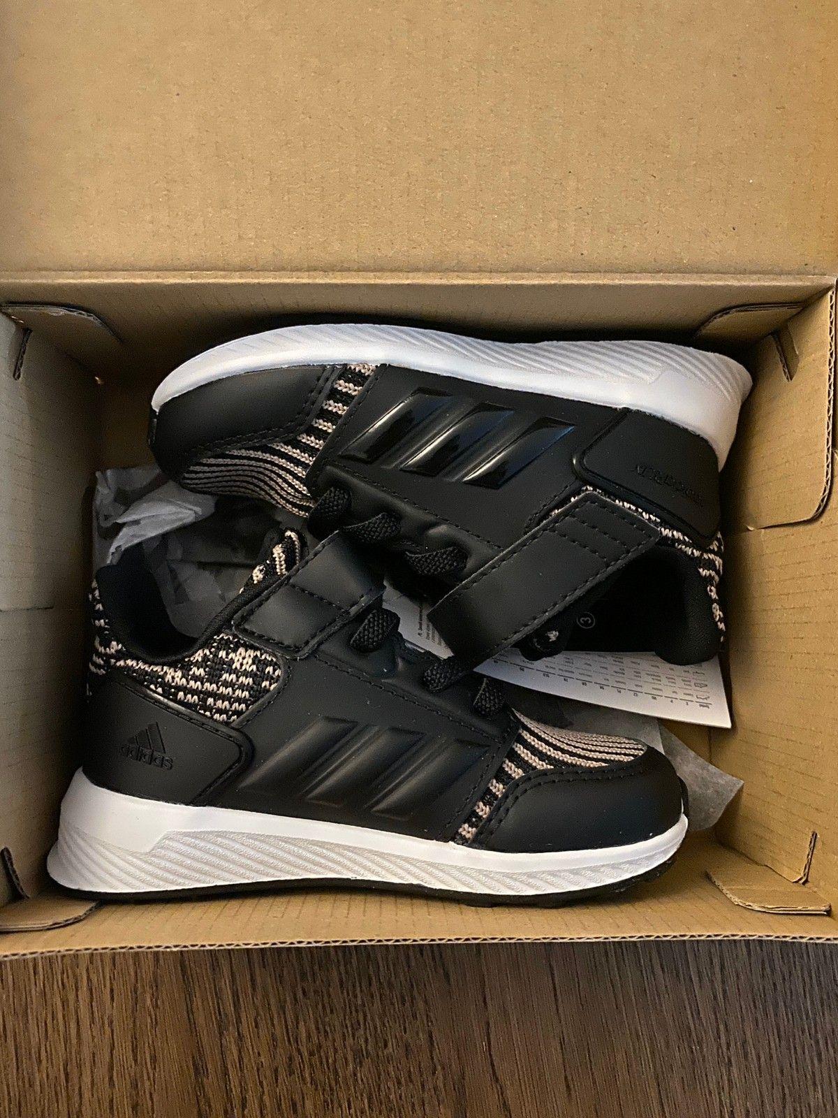 Helt nye og ubrukte joggesko fra Adidas str 21 | FINN.no