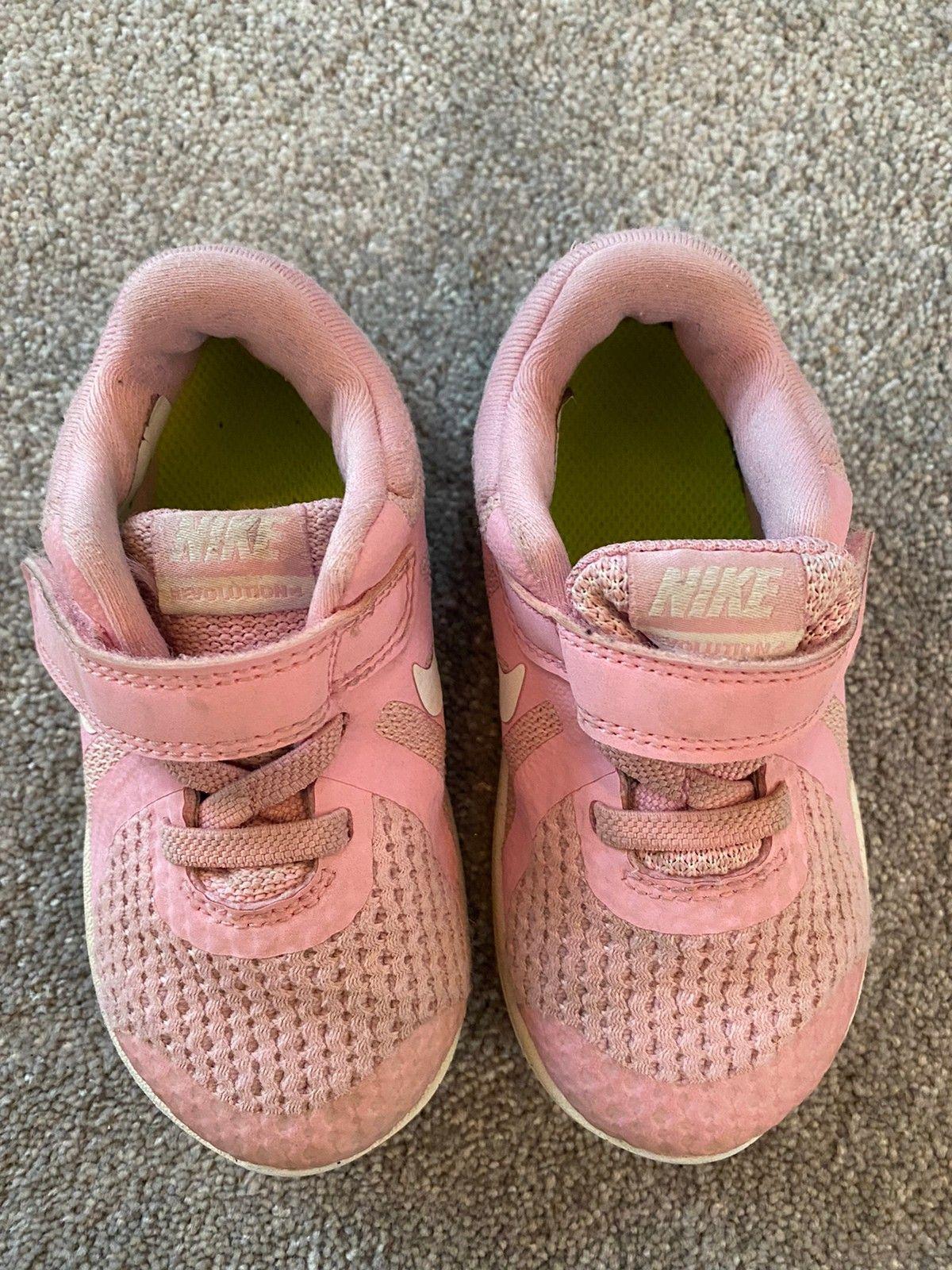Pakke med pent brukte sko og sandaler fra Victoria, Nike og